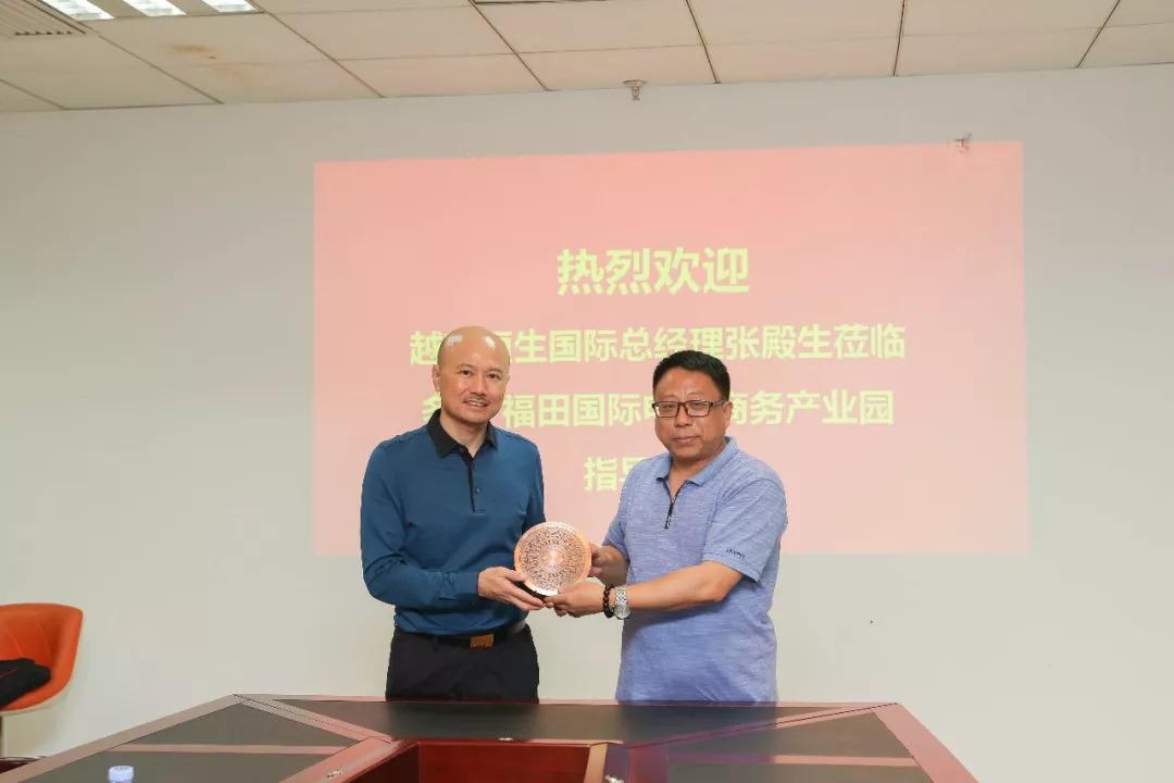 越南恒生国际总经理张殿生(右)与多丽董事长张革私(左)合影留念